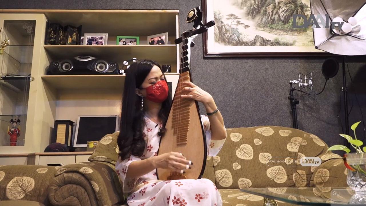 Ngartini Huang seniman Pipa sedang memainkan alat musik tradisional Tionghoa Pipa (Sumber : Youtube/Bingkai Sumatera DAAI TV)