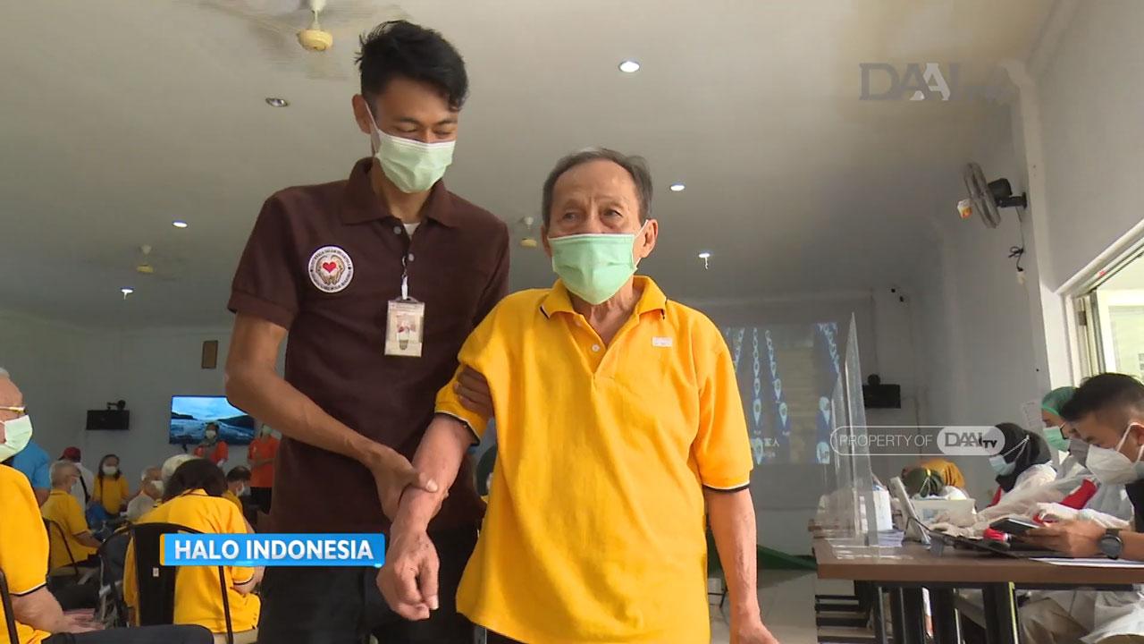 Lansia peserta vaksin Covid-19 panti Wreda, mendapat pendampingan sebelum penyuntikan vaksin Covid-19. (Sumber : Youtube/Halo Indonesia DAAI TV)