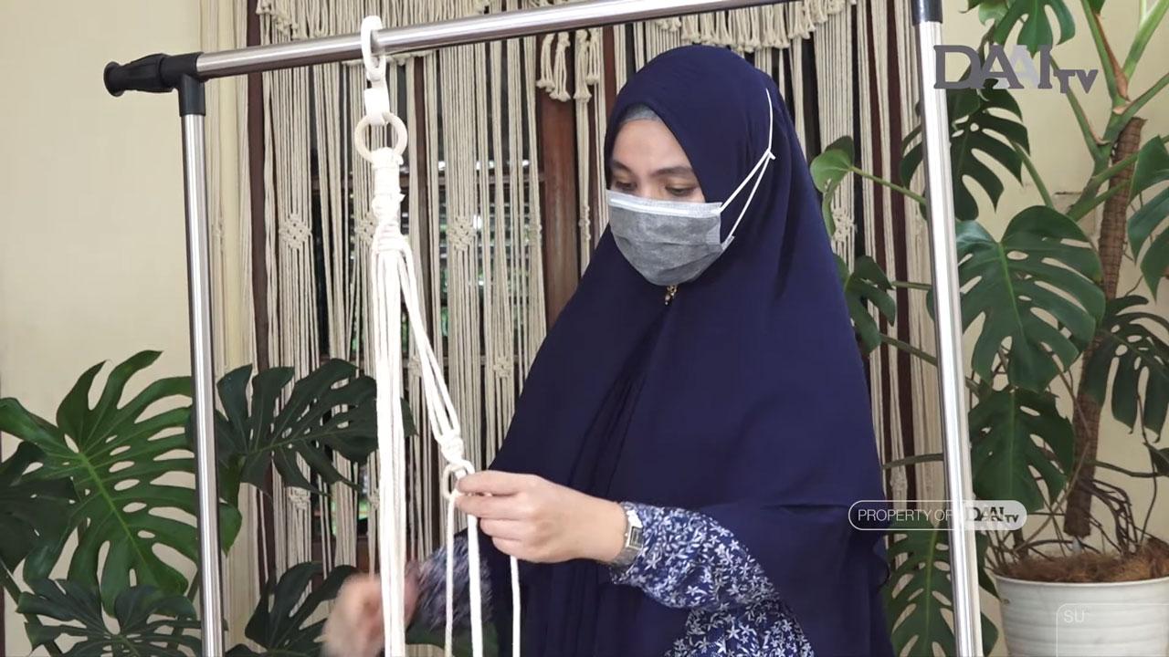 Lily Novelyna, perajin makrame asal Medan, tengah demonstrasi tekni k menyimpul makreame yang Ia pelajari secara otodidak. (Sumber : Youtube/Bingkai Sumatera)
