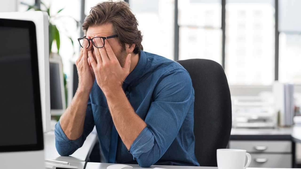 Ilustrasi kelelahaan akibat tekanan kerja di kantor. (Sumber : Foto Canva)