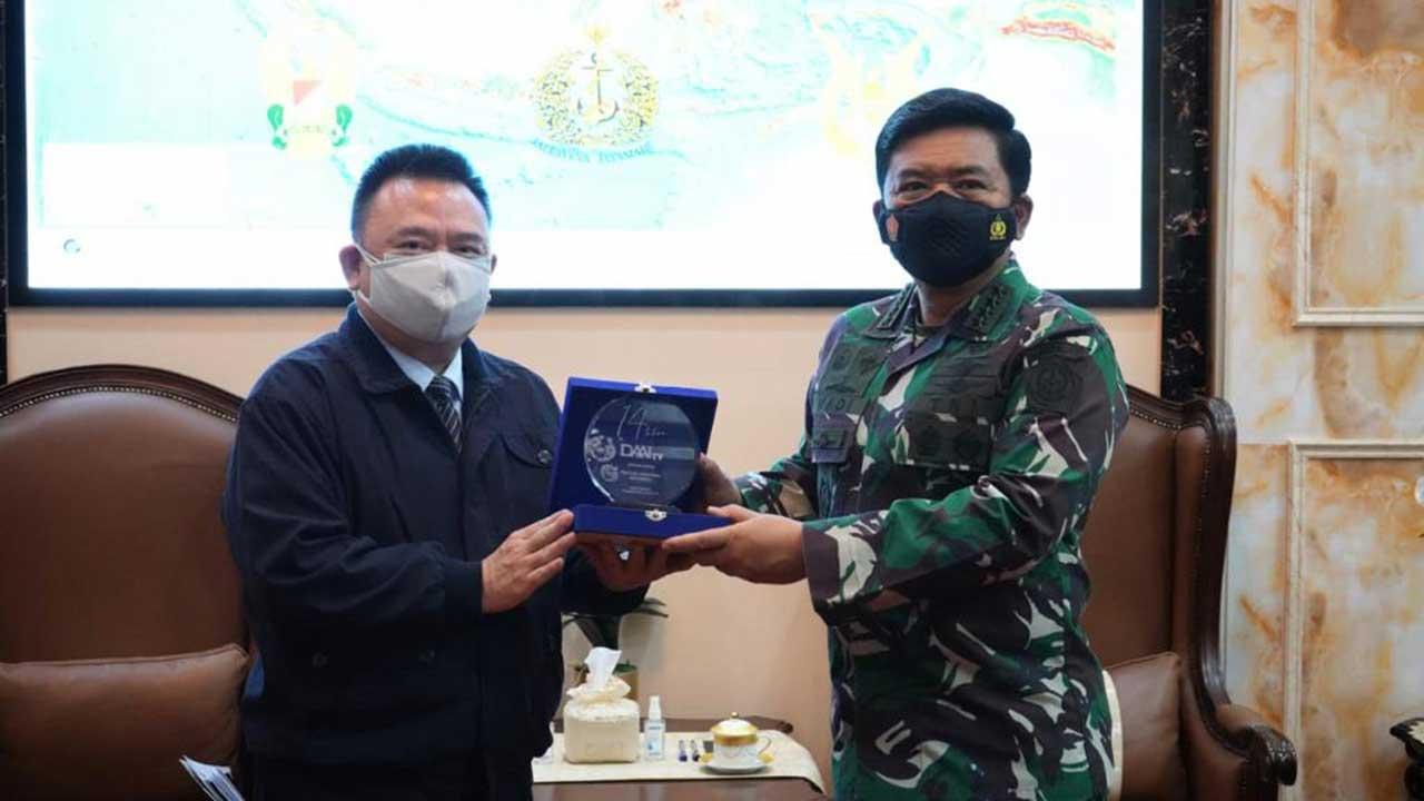 02_Penyerahan-Plakat-DAAI-Award-dari-Hong-Tjhin_CEO-DAAI-TV-kepada-Panglima-TNI_Marsekal-TNI-Hadi-Tjahjanto