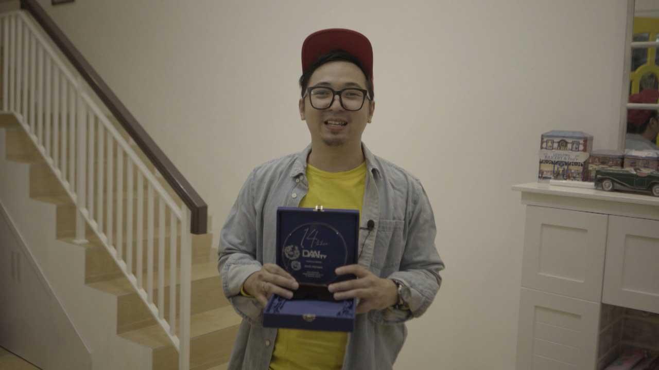 06_Edho-Zell-dan-Plakat-DAAI-Award-untuk-aktivitas-Warteg-Gratis-selama-Pandemi