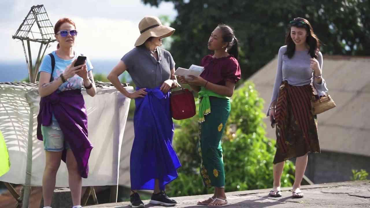 Ni Putu Rista dalam tayangan Cerita Sahabat DAAI TV, tengah berkomunikasi dengan wisatawan mancanegara yang datang berwisata ke desanya. (Dok. Cerita Sahabat)