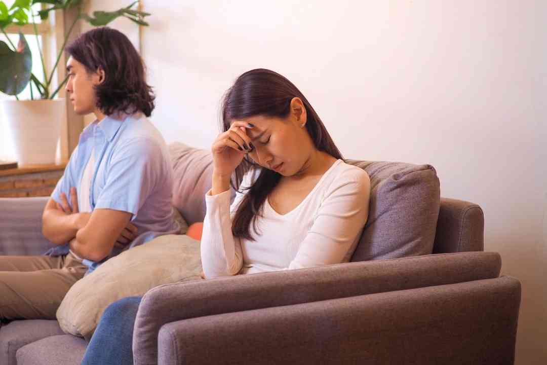 Silent treatment adalah tindakan mendiamkan seseorang saat sedang bertengkar. Silent treatment dapat memberikan dampak buruk bagi sebuah hubungan. (Foto/Canva)