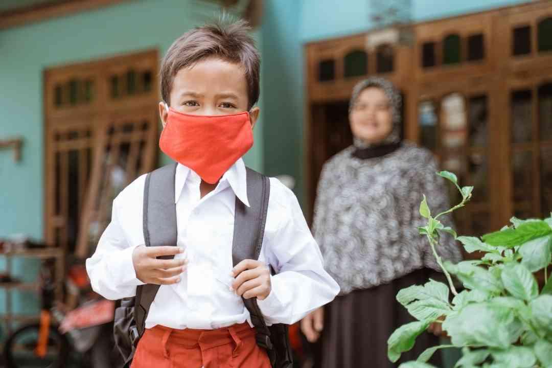 Ilustrasi: Siswa yang ingin mengikuti PTM Terbatas diwajibkan memakai masker ke sekolah. (Foto/Canva).