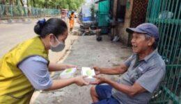 Bagi Makanan oleh Relawan DAAI TV