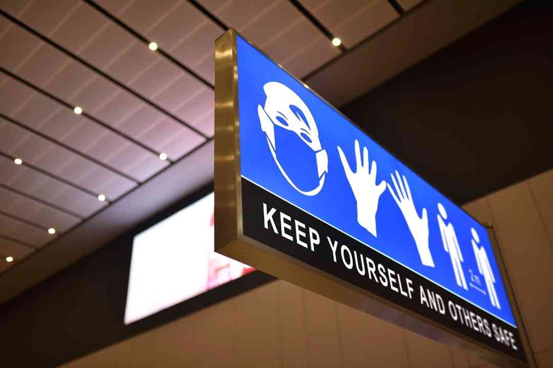 Sejumlah tempat wisata di Indonesia mulai kembali buka. Agar rekreasi tetap menyenangkan dan aman, jangan lupa untuk disiplin mematuhi protokol kesehatan. (Foto/Canva)