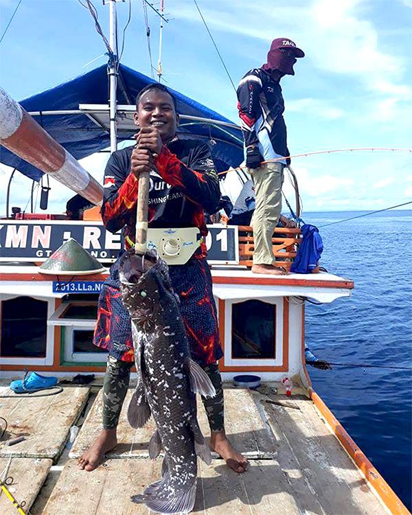 Coelacanth yang tertangkap dengan pancing di perairan Raja Ampat pada kedalaman 100 meter. (Foto/Mongabay).