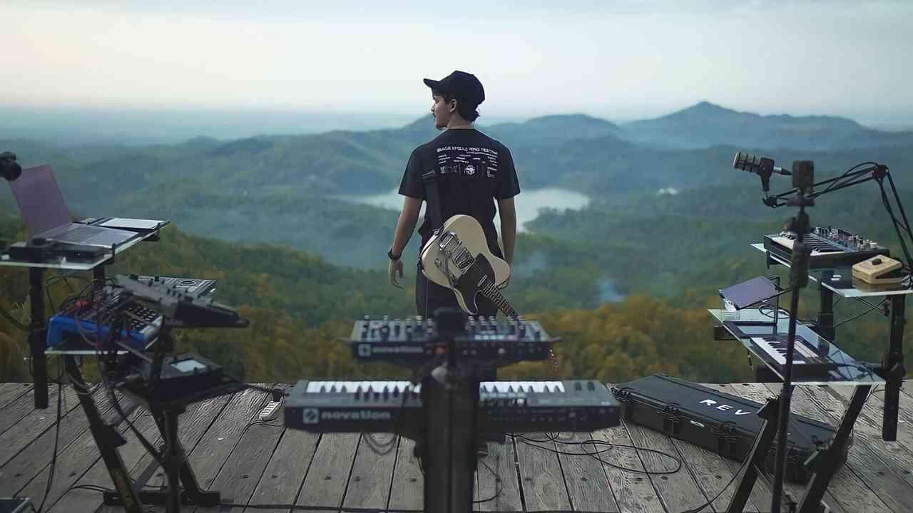 Alffy Rev, pemusik asal Mojokerto yang mengenalkan budaya Indonesia kepada dunia melalui musik. (Foto/ Instagram @alffy_rev).